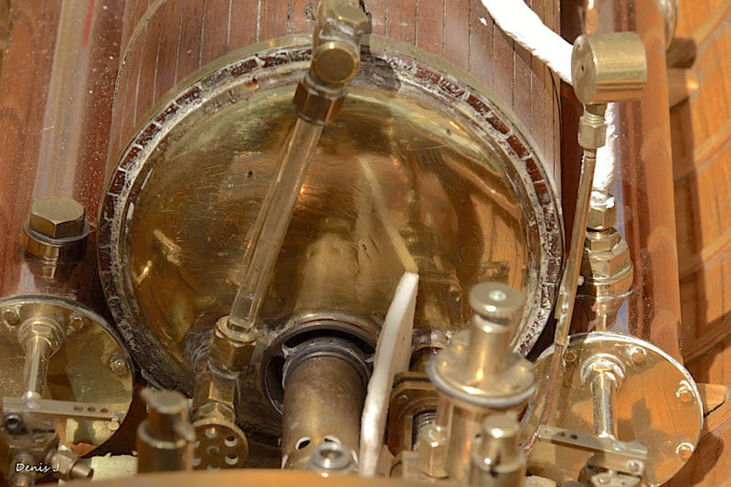 Chaloupe à Vapeur / Chaudière horizontale et moteur doube cylindre. Captu264