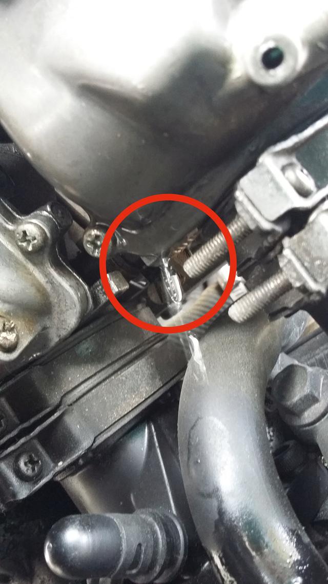 fuite d'essence sortie des tubes chromé Pourquoi? 20170515