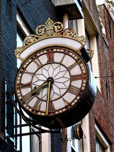 Reçu un beau diapo....Les horloges et pendules des rues..... - Page 44 76d67710