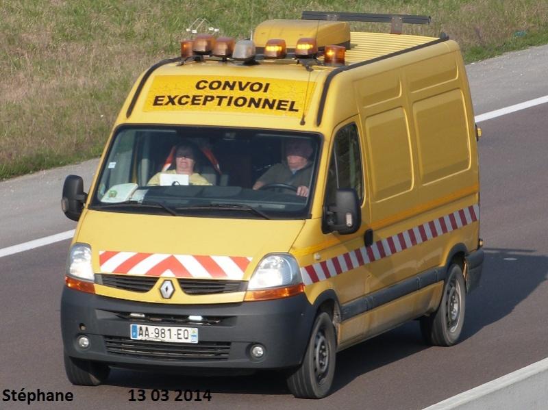 Véhicules d'escorte pour convois exceptionnels P1210427