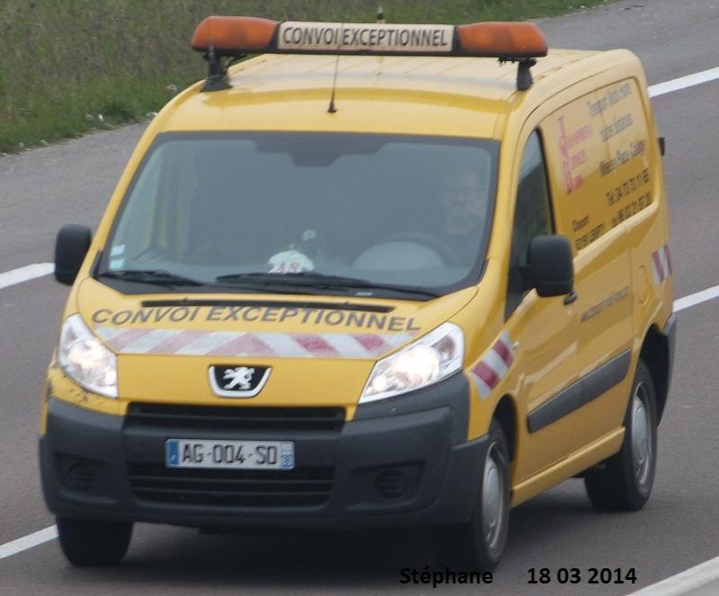 Véhicules d'escorte pour convois exceptionnels P1210810