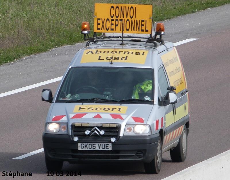 Véhicules d'escorte pour convois exceptionnels P1220071