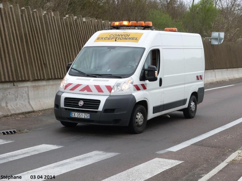Véhicules d'escorte pour convois exceptionnels P1230174