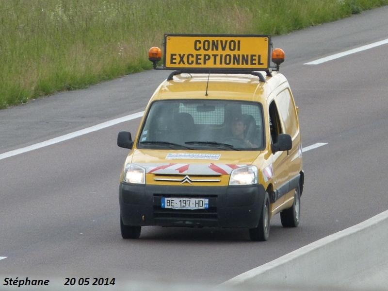 Véhicules d'escorte pour convois exceptionnels P1230728
