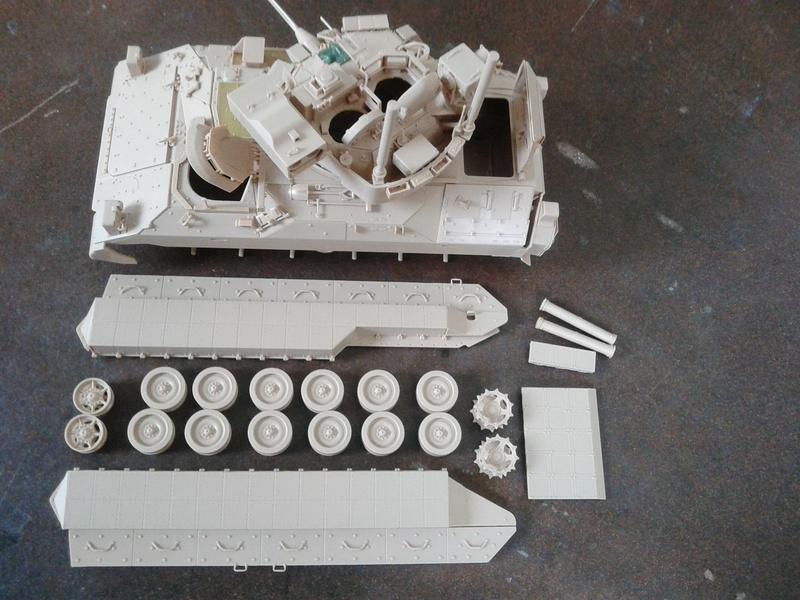 M3A3 Bradley 1/35 de chez Meng - Page 2 Img_2060