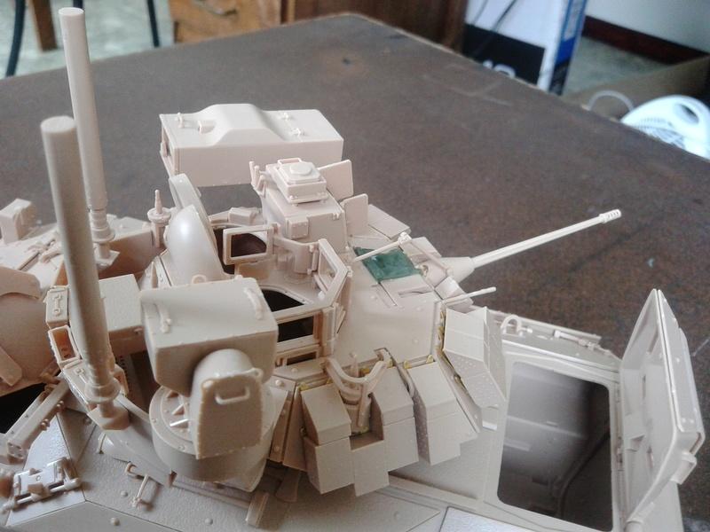 M3A3 Bradley 1/35 de chez Meng - Page 2 Img_2061