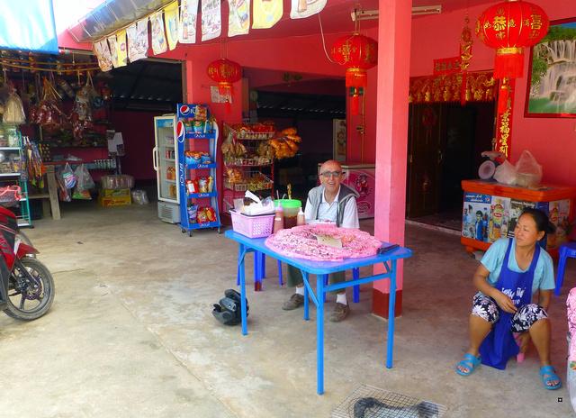 Un petit temple, sans doute unique en Thaïlande. P1130710