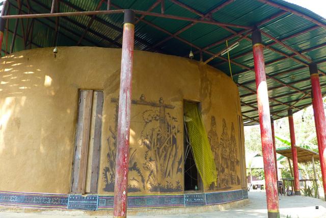 Un petit temple, sans doute unique en Thaïlande. P1130713