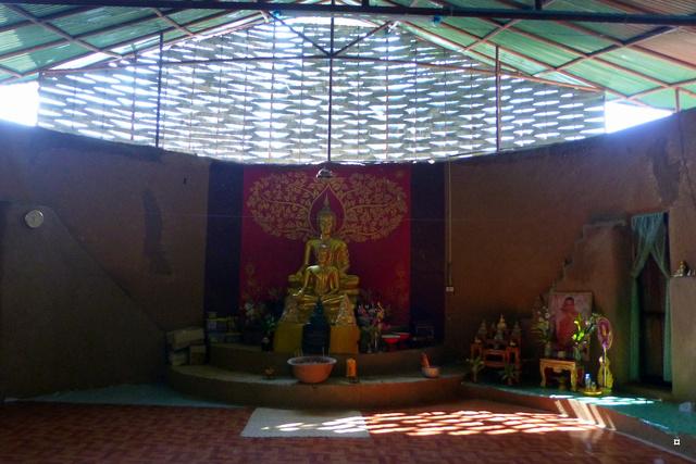 Un petit temple, sans doute unique en Thaïlande. P1130714