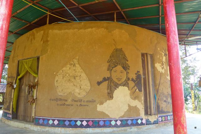 Un petit temple, sans doute unique en Thaïlande. P1130717