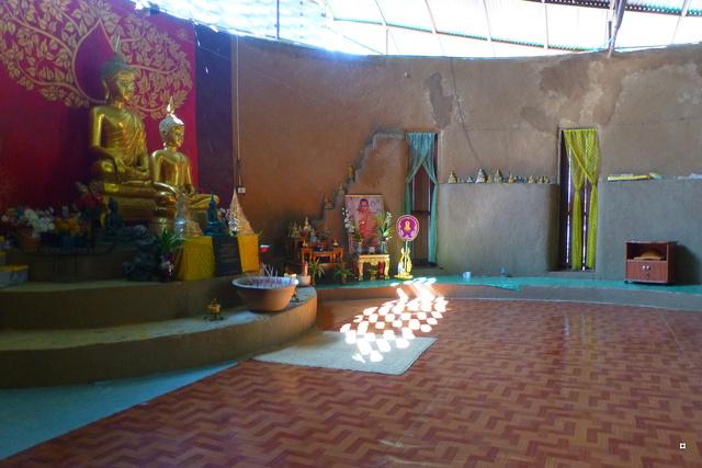 Un petit temple, sans doute unique en Thaïlande. P1130718