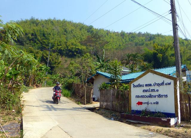 Un petit temple, sans doute unique en Thaïlande. P1130721