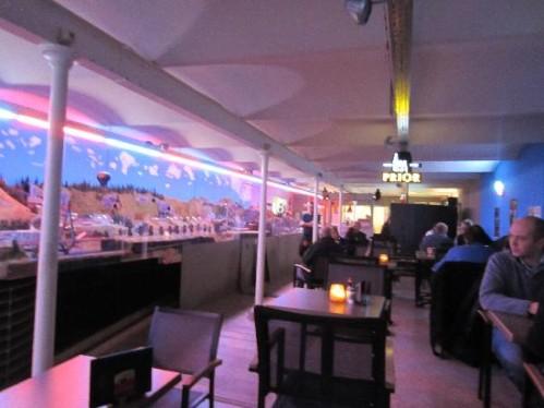 INSOLITE : un réseau HO dans un café-bar à Brugge (Belgique). Railci10