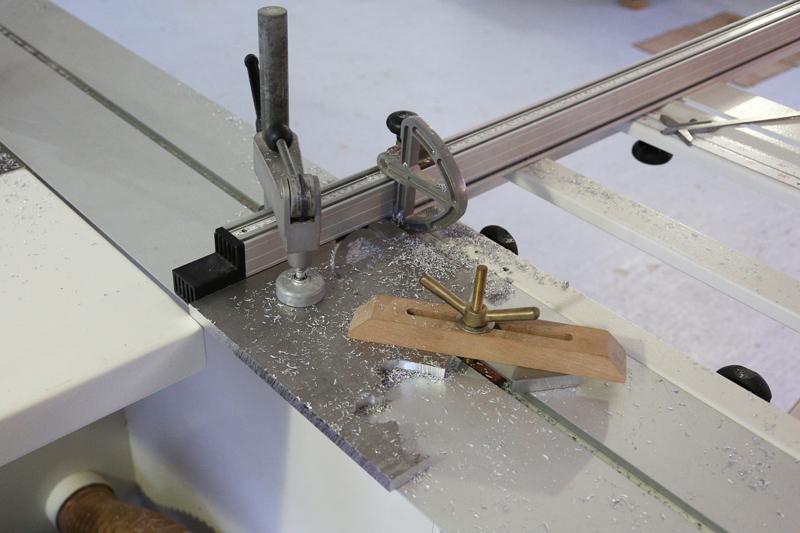 [Fabrication] Guide de coupe angulaire pour scie à format. - Page 2 25_jan12