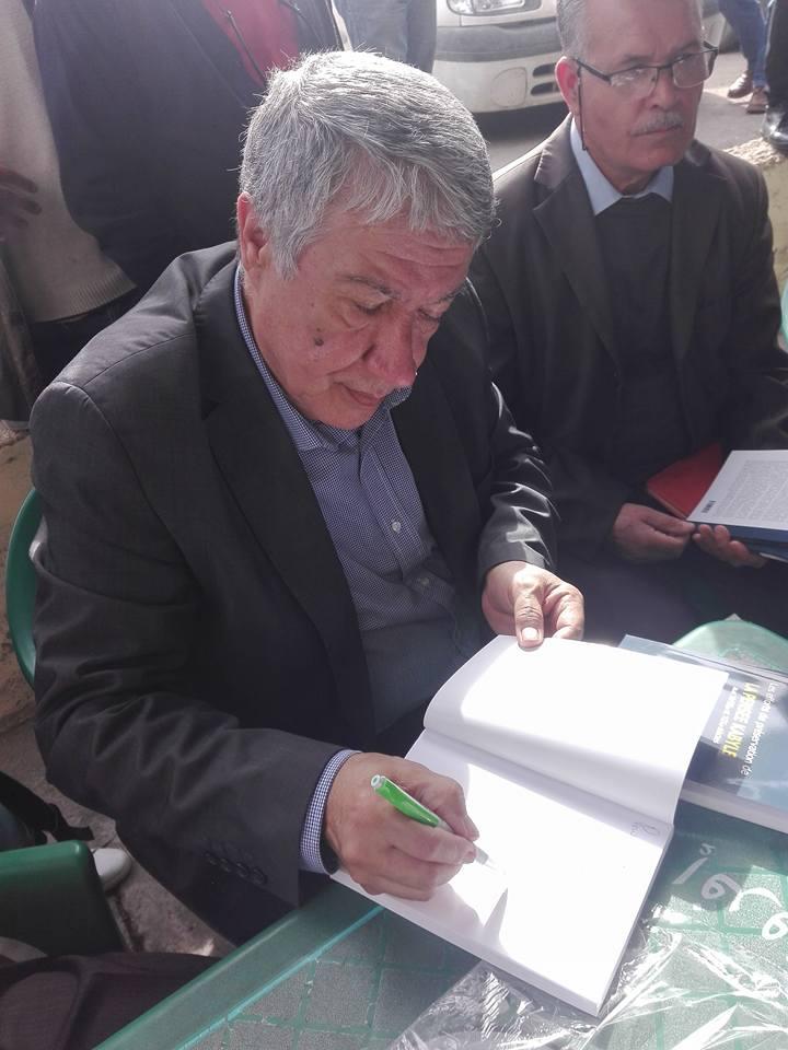 """Younes Adli dédicace """" la pensée kabyle"""" au niveau de la cafeteria  """"Titanic"""" à Aokas le samedi 04 mars 2017 1308"""