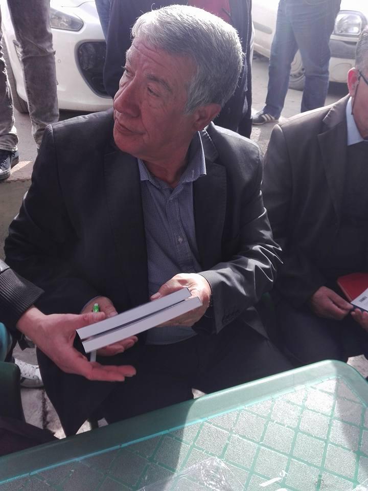 """Younes Adli dédicace """" la pensée kabyle"""" au niveau de la cafeteria  """"Titanic"""" à Aokas le samedi 04 mars 2017 1309"""