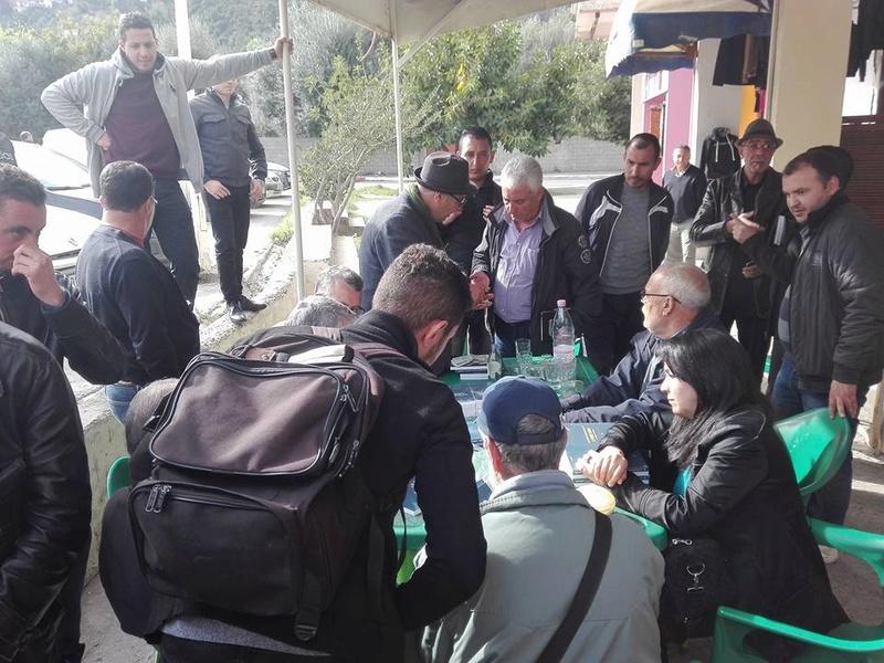 """Younes Adli dédicace """" la pensée kabyle"""" au niveau de la cafeteria  """"Titanic"""" à Aokas le samedi 04 mars 2017 1310"""