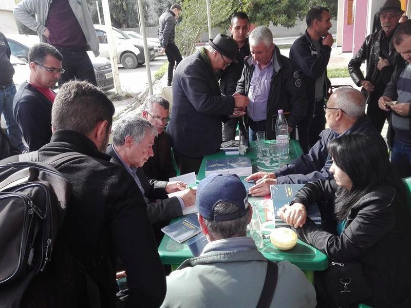 """Younes Adli dédicace """" la pensée kabyle"""" au niveau de la cafeteria  """"Titanic"""" à Aokas le samedi 04 mars 2017 1311"""