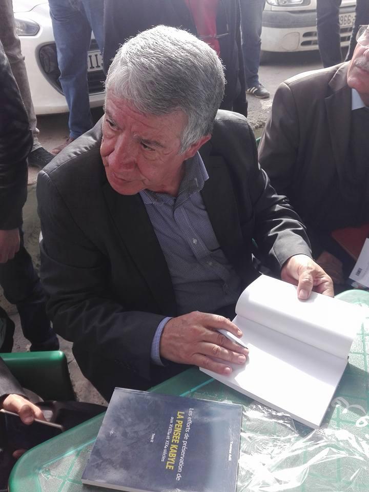 """Younes Adli dédicace """" la pensée kabyle"""" au niveau de la cafeteria  """"Titanic"""" à Aokas le samedi 04 mars 2017 1312"""