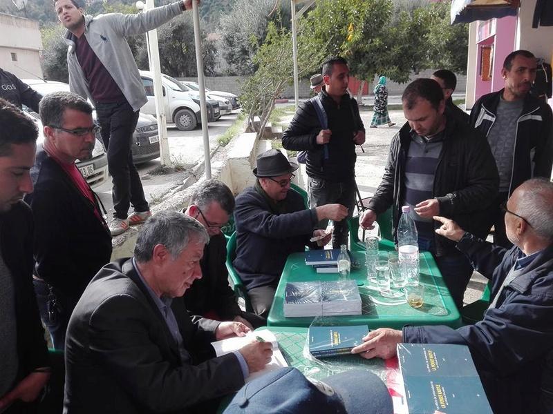 """Younes Adli dédicace """" la pensée kabyle"""" au niveau de la cafeteria  """"Titanic"""" à Aokas le samedi 04 mars 2017 1315"""
