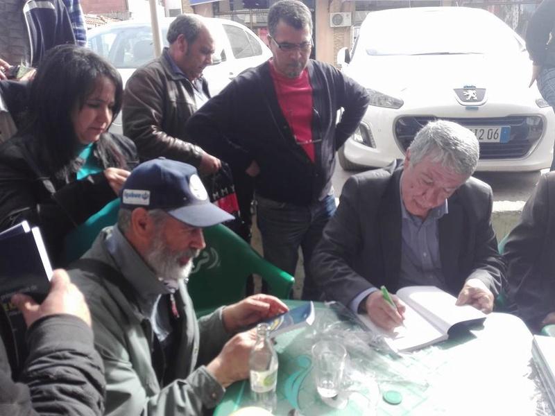 """Younes Adli dédicace """" la pensée kabyle"""" au niveau de la cafeteria  """"Titanic"""" à Aokas le samedi 04 mars 2017 1316"""