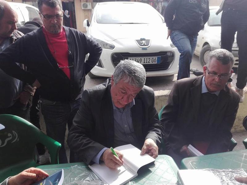 """Younes Adli dédicace """" la pensée kabyle"""" au niveau de la cafeteria  """"Titanic"""" à Aokas le samedi 04 mars 2017 1317"""