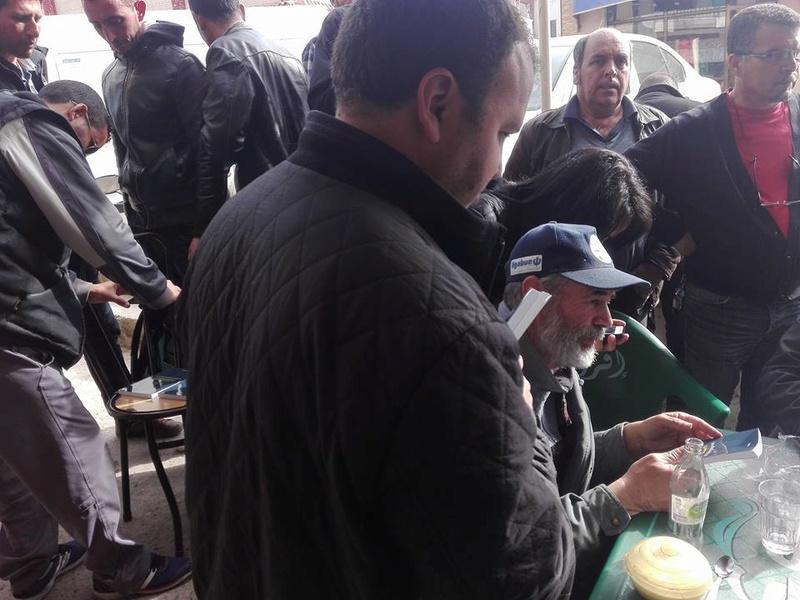 """Younes Adli dédicace """" la pensée kabyle"""" au niveau de la cafeteria  """"Titanic"""" à Aokas le samedi 04 mars 2017 1318"""