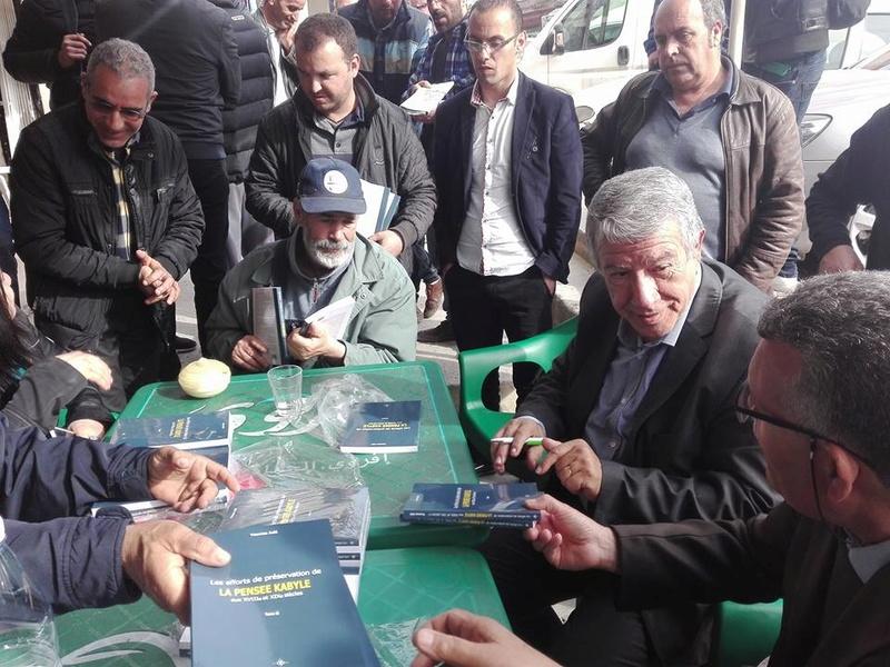"""Younes Adli dédicace """" la pensée kabyle"""" au niveau de la cafeteria  """"Titanic"""" à Aokas le samedi 04 mars 2017 1320"""