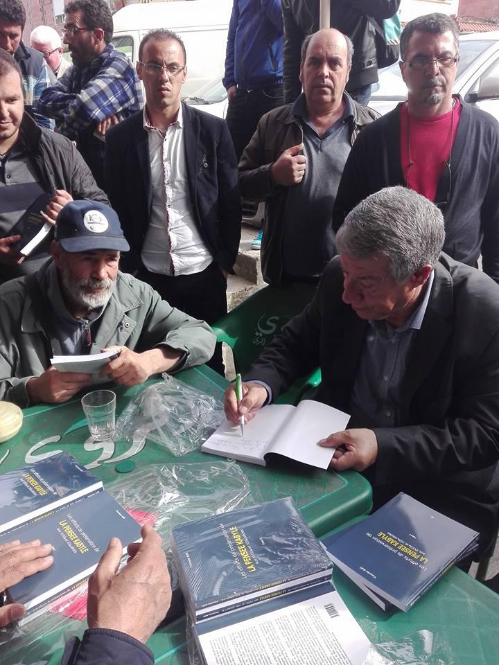 """Younes Adli dédicace """" la pensée kabyle"""" au niveau de la cafeteria  """"Titanic"""" à Aokas le samedi 04 mars 2017 1324"""