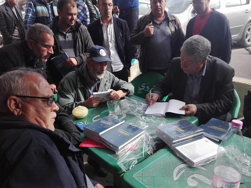 """Younes Adli dédicace """" la pensée kabyle"""" au niveau de la cafeteria  """"Titanic"""" à Aokas le samedi 04 mars 2017 1325"""