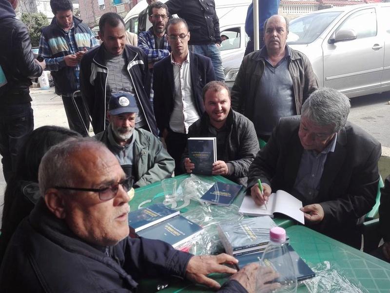 """Younes Adli dédicace """" la pensée kabyle"""" au niveau de la cafeteria  """"Titanic"""" à Aokas le samedi 04 mars 2017 1327"""