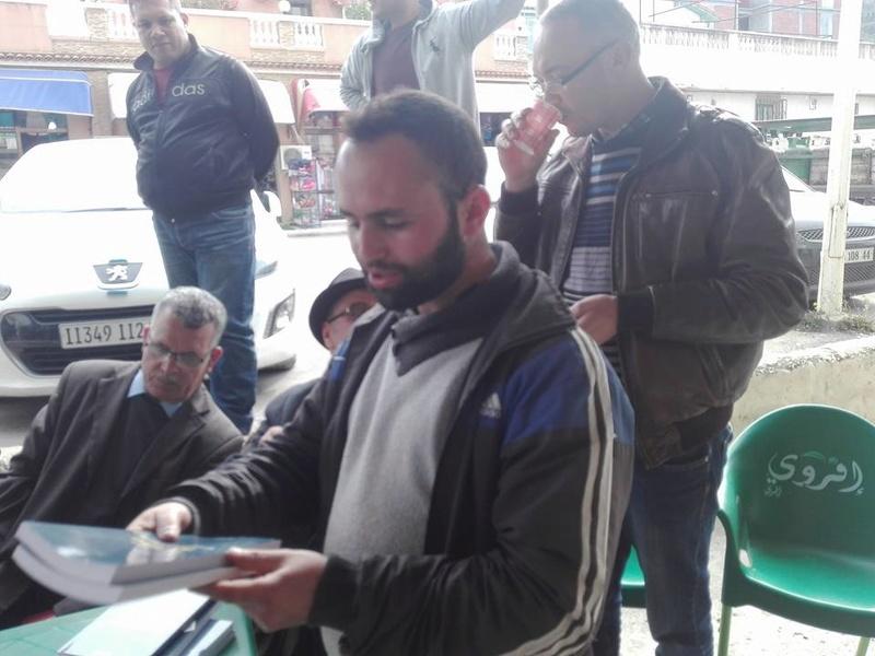 """Younes Adli dédicace """" la pensée kabyle"""" au niveau de la cafeteria  """"Titanic"""" à Aokas le samedi 04 mars 2017 - Page 2 1332"""