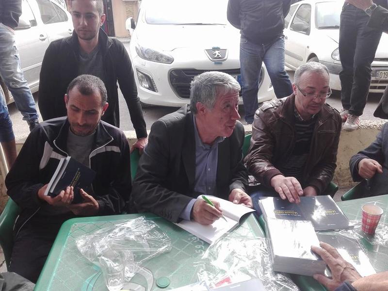 """Younes Adli dédicace """" la pensée kabyle"""" au niveau de la cafeteria  """"Titanic"""" à Aokas le samedi 04 mars 2017 - Page 2 1337"""