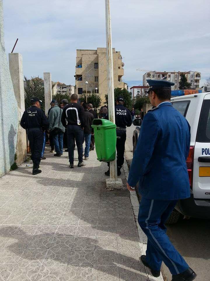 Un renfort de guerre pour empêcher la conférence de Younes Adli à Aokas le samedi 04 mars 2017 228