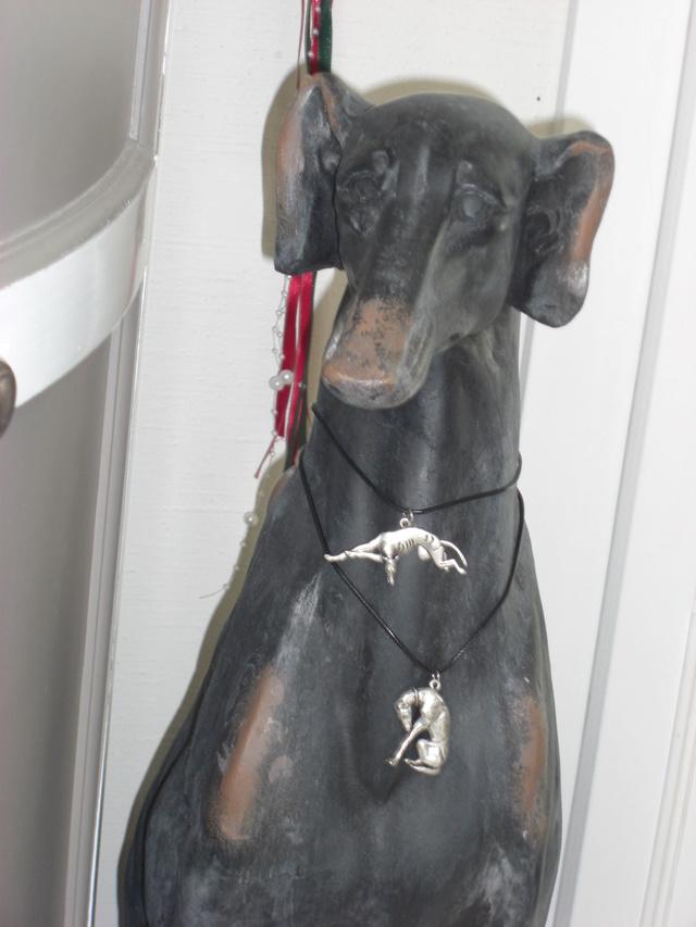 Pendentif levrier pour nous aider à payer les factures veto  Dog_pe10