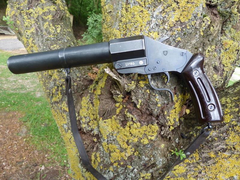 recherche infos sur pistolet lance fusee suisse P1010202