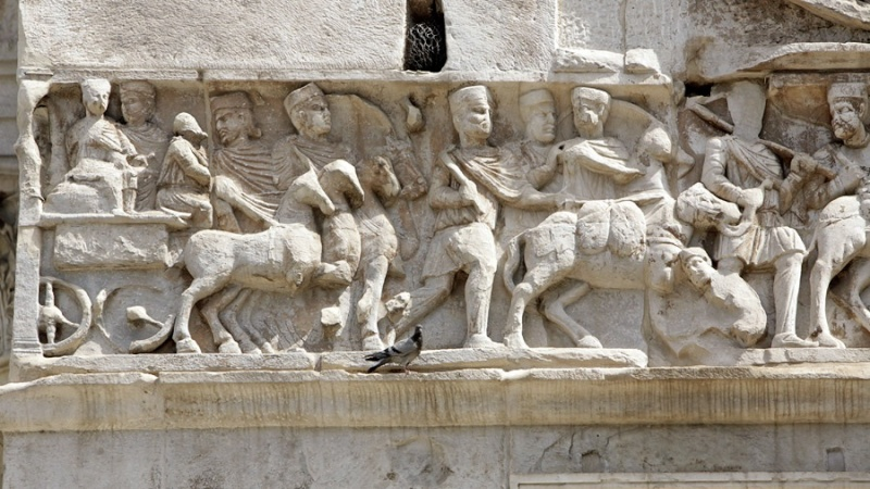 Constantin I - PIETAS AVGG Arles Arc_co10