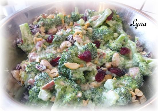 Salade de brocoli, cashew et canneberges séchées Salade13