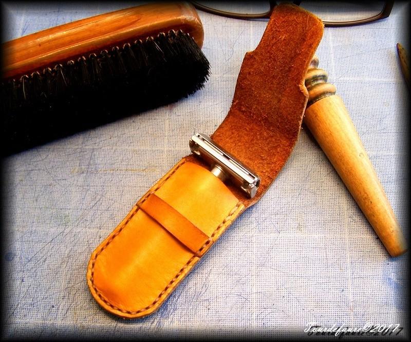Accessoires en cuir pour le rasage - Page 15 100_4816