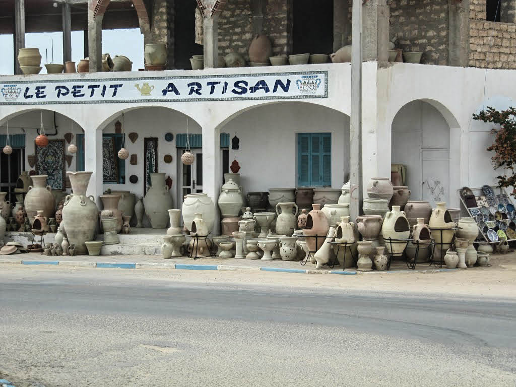 Potiers et poteries à Guellala sur l'île de Djerba en Tunisie. 11518310