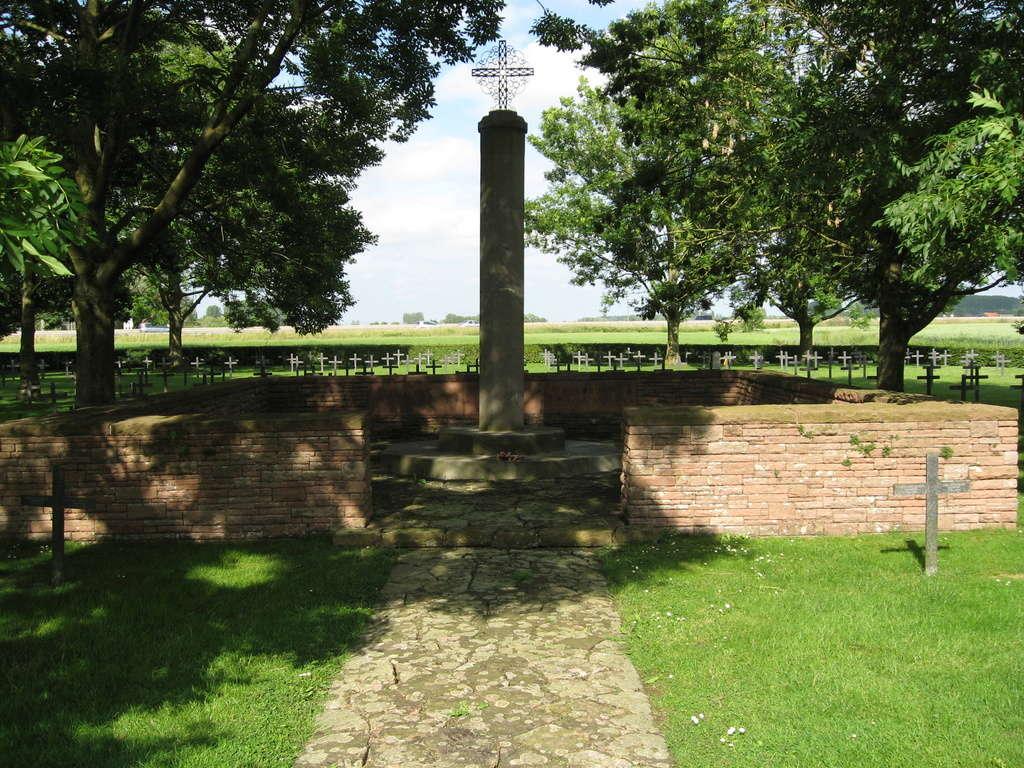 A la découverte des mémoriaux et cimetières militaires - Page 5 Img_1914