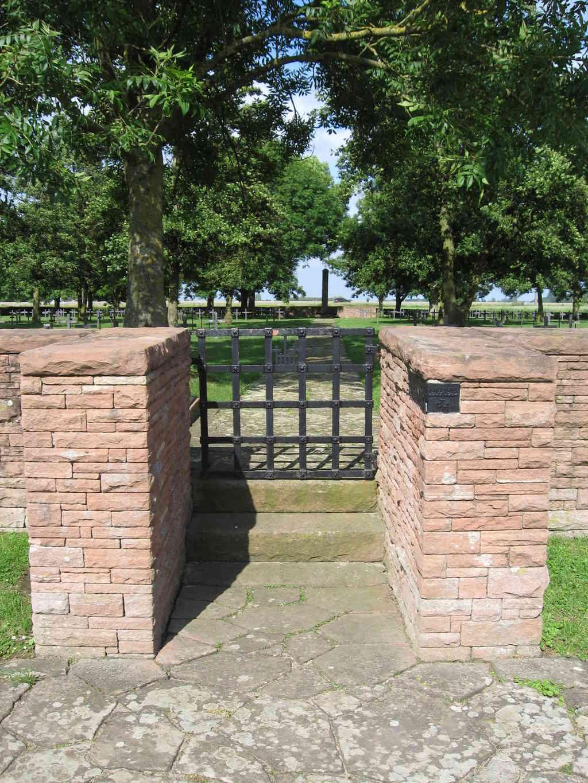 A la découverte des mémoriaux et cimetières militaires - Page 5 Img_1915