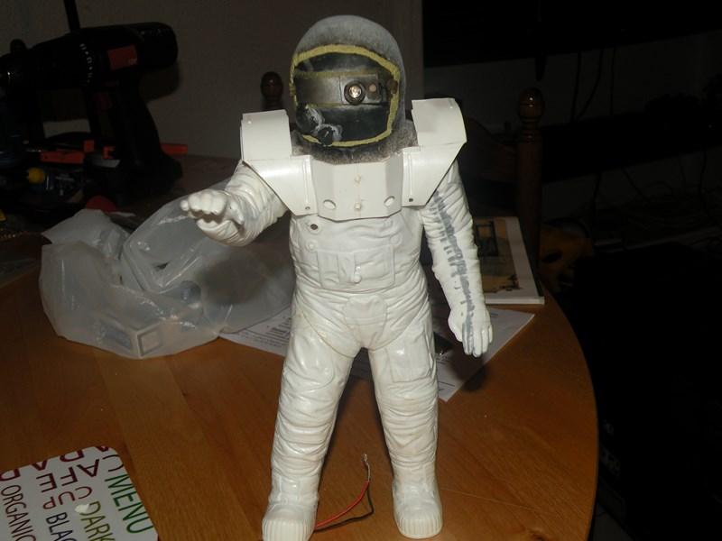 """astronaute APOLLO (revell 1:8)......modifié un petit peu....en version """"space marines"""" ! Dscn9713"""