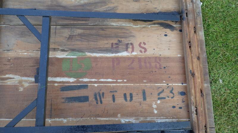 Une table avec des bancs US. Rimg3422