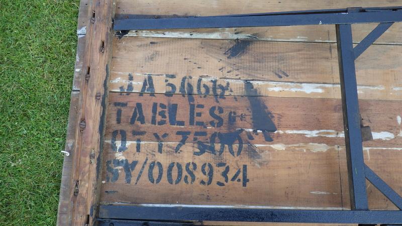 Une table avec des bancs US. Rimg3423