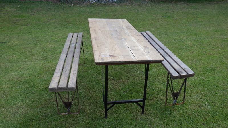 Une table avec des bancs US. Rimg3424