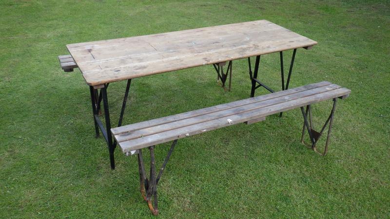 Une table avec des bancs US. Rimg3425