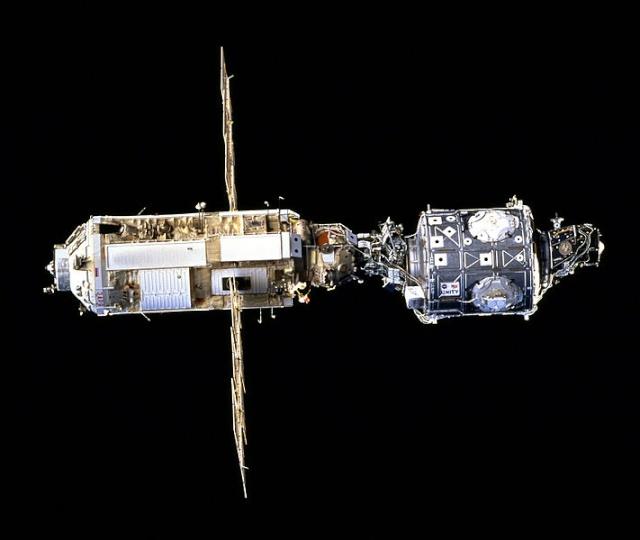 4 décembre 1998 - Mission STS-88 / Arrivée de Unity pour l'ISS 711px-10