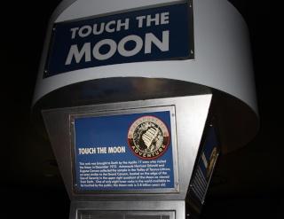 Les ''Lunar TouchRock'' ou comment toucher en vrai des roches ramenées par Apollo Housto10