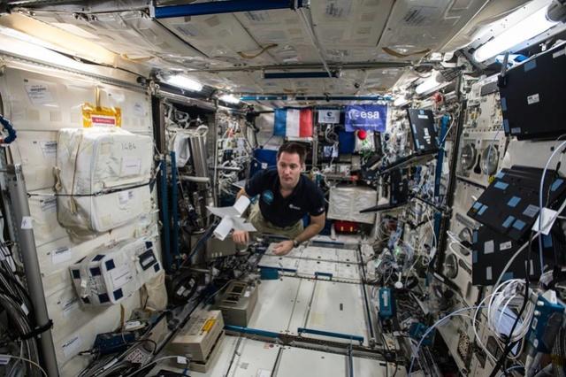 Mission Proxima - Télescope intérieur d'Eduardo Kac et interprété par Thomas Pesquet Kac_210